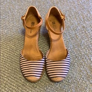 White Mountain Shoes - White mountain striped wedges with rope detail